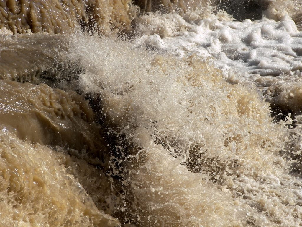 مجرى مياه ملوثة بالطين